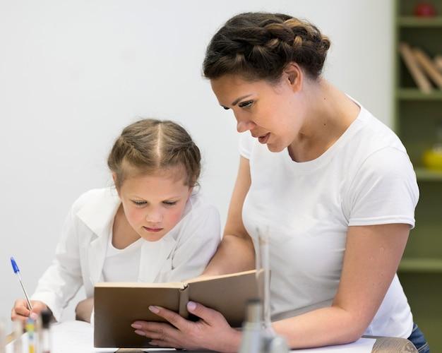 Leraar met meisje op klasse