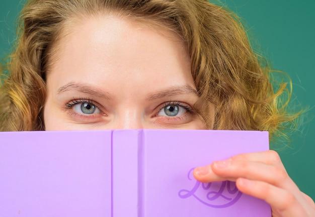 Leraar met notitieblok september schoolbenodigdheden onderwijs schoolbaan leraar in de klas close-up