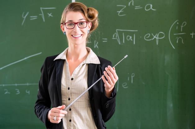 Leraar met wijzer voor een schoolklasse