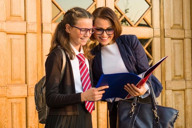 Leraar op de middelbare school praat met een vrouwelijke student