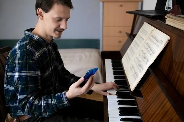 Leraar piano spelen tijdens zijn online les