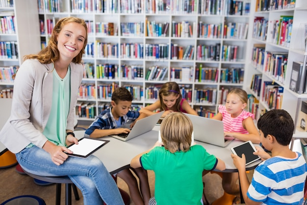 Leraar poseren met haar studenten