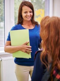 Leraar praat met haar student na de lessen
