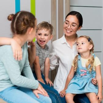 Leraar praat met haar studenten