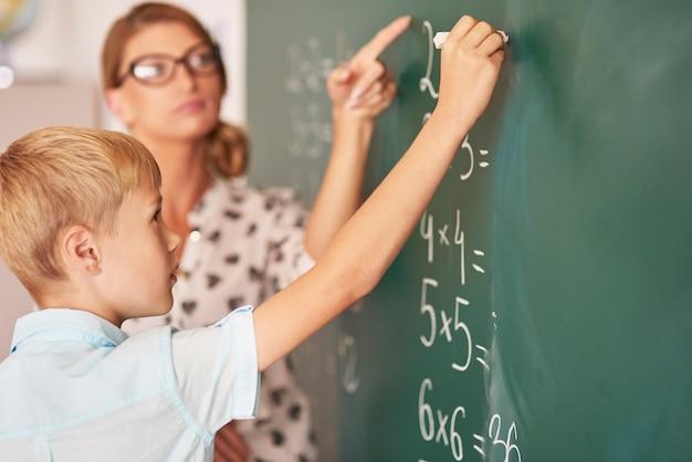 Leraar probeert de jongen te helpen de wiskunde te begrijpen
