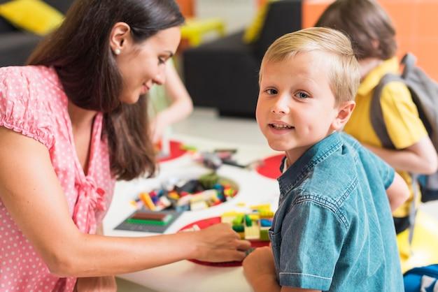 Leraar spelen met kleuterschool jongen