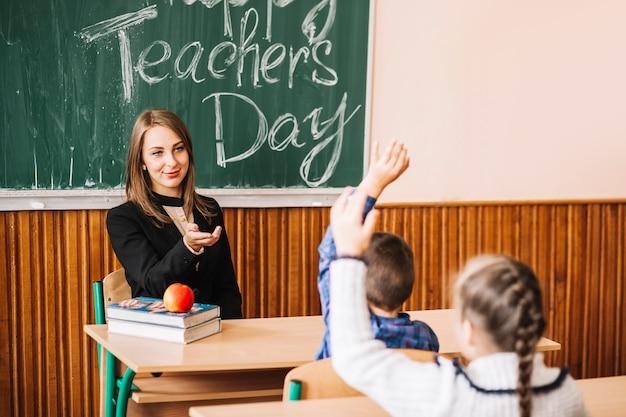Leraar vraagt leerlingen