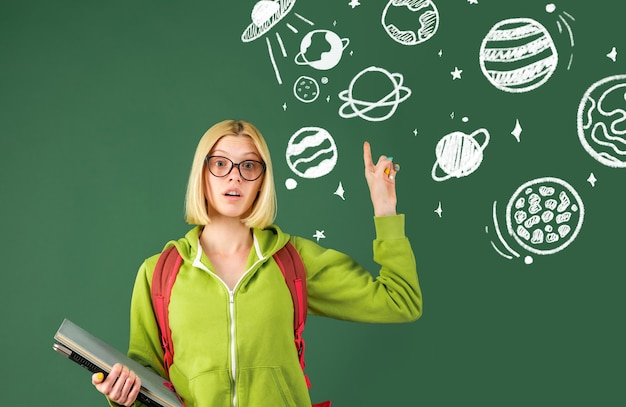 Leraren dag. vrouwelijke student na te denken over onderwijs op de universiteit