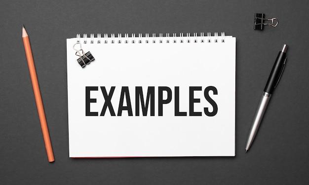 Leren bureautafel met wit notitieblok met tekst examples