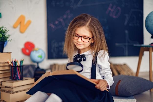 Leren concept met schattig klein meisje