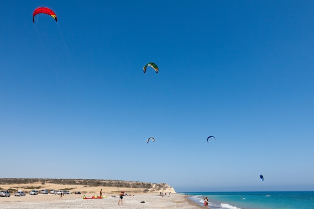 Leren kitesurfen op het strand van avidmou, cyprus