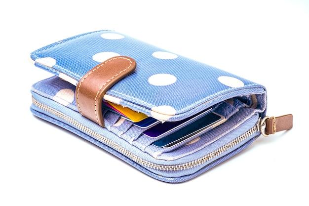 Leren portemonnee met blauwe en witte stippen.
