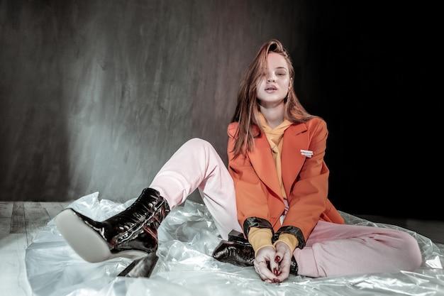 Leren schoenen. blij meisje zittend op de vloer en rust na het fotograferen