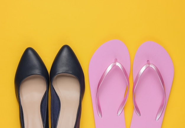 Leren schoenen met hoge hakken en slippers op geel papier