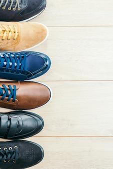 Leren schoenen op houten achtergrond