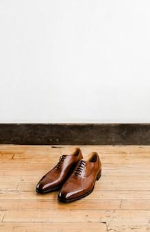 Leren schoenen op houten vloer