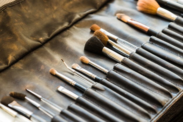 Leren tas met professionele make-upborstels