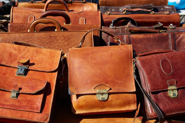 Leren tassen op een rij uit marokko, afrika