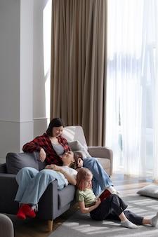 Lesbisch koppel brengt tijd door met hun dochter