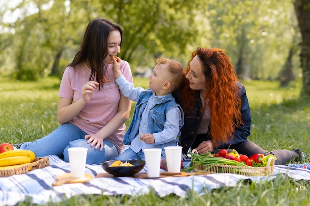 Lesbisch koppel brengt tijd door met hun kind