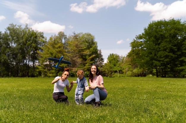 Lesbisch koppel brengt tijd door met hun zoon in het park