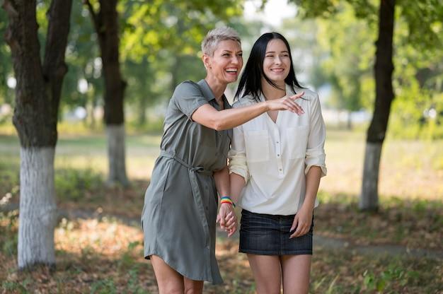 Lesbisch koppel buiten hand in hand