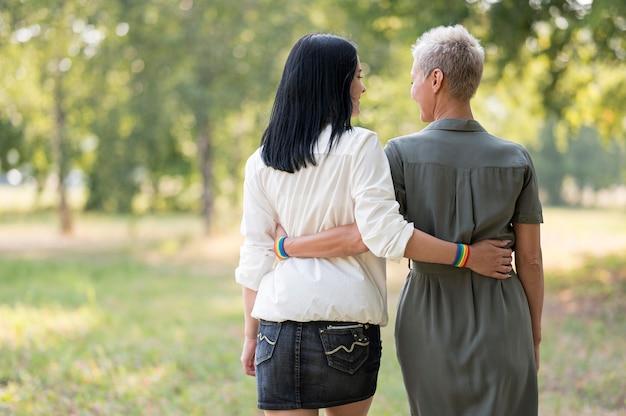 Lesbisch koppel buiten knuffelen
