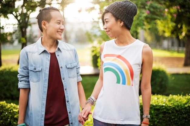 Lesbisch koppel daten in een park