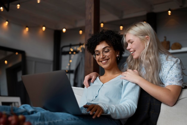 Lesbisch koppel kijkt op hun laptop