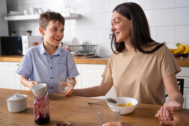 Lesbisch koppel met hun zoon aan het ontbijt