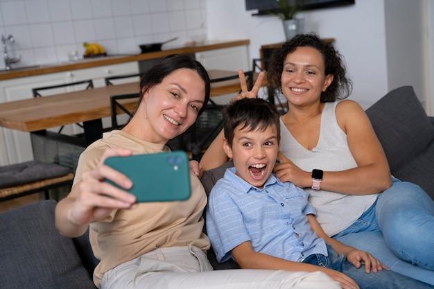 Lesbisch koppel met hun zoon die een selfie maakt
