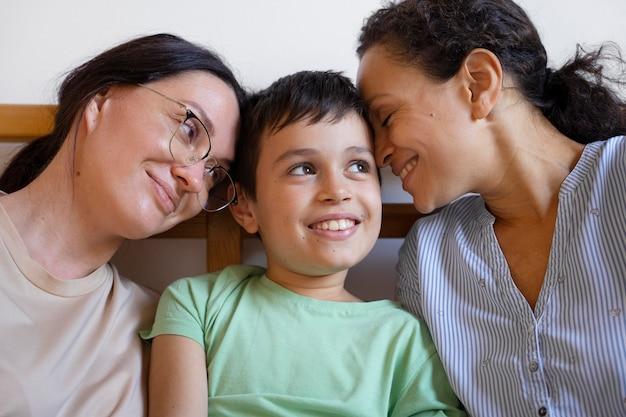 Lesbisch koppel met hun zoon die tijd samen thuis doorbrengt