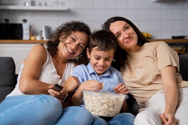 Lesbisch koppel met hun zoon film kijken