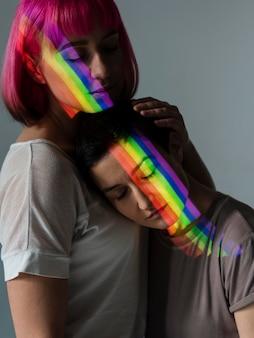 Lesbisch koppel met lgbt-symbool