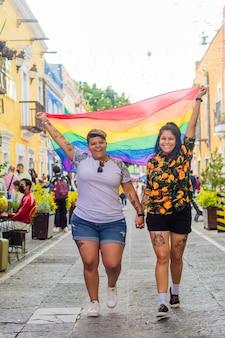 Lesbisch koppel met lgbtq + vlag.