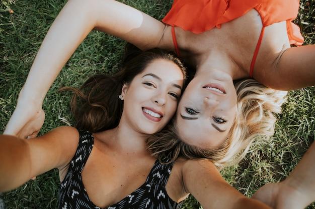 Lesbisch paar dat een selfie neemt