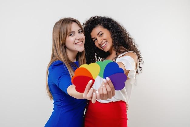 Lesbische geïsoleerde het hartvormen van de paarholding van lgbt