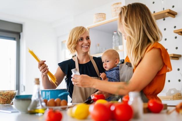 Lesbische moeder met geadopteerd kind. gelukkig homoseksueel gezin speelt thuis met haar dochter