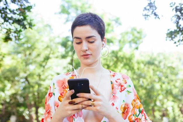 Lesbische vrouw die met vrienden communiceert
