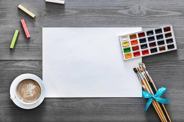 Lessen van de de leskunst van de kunstenaars legt het houten grijze creatieve verf vlakke achtergrond,
