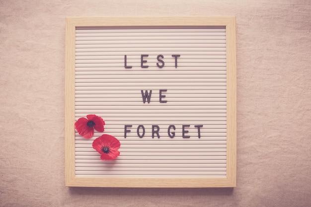 Lest we forget en rode papaverbloemen op letterbord