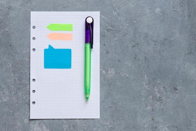 Let op boek en nota papier op een volwassen achtergrond