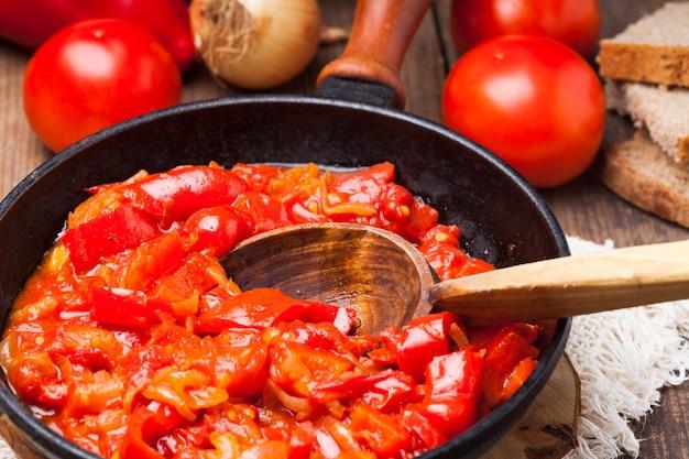 Letcho ingrediënten en gerecht in rustieke pan