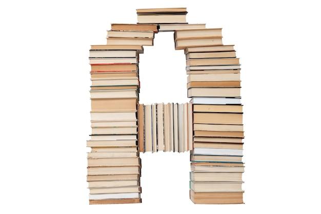Letter a gemaakt van boeken op wit wordt geïsoleerd