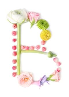 Letter b gemaakt van bloemen en kruiden op witte achtergrond