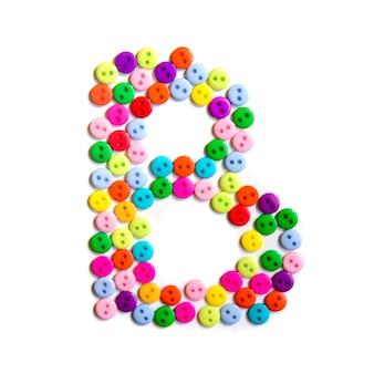 Letter b van het engelse alfabet uit een groep kleurrijke kleine knoppen op wit