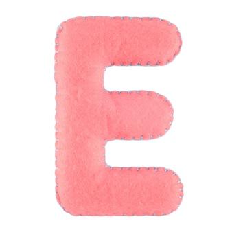 Letter e van vilt geïsoleerd op wit