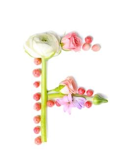 Letter f gemaakt van bloemen en kruiden op witte achtergrond