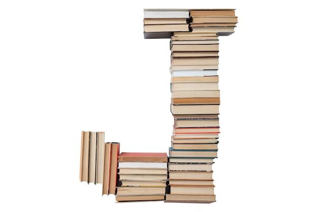 Letter j gemaakt van boeken op wit wordt geïsoleerd