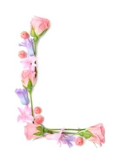 Letter l gemaakt van bloemen op witte achtergrond